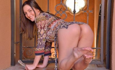 Девушка мастурбирует фаллоимитатором на улице 11 фото
