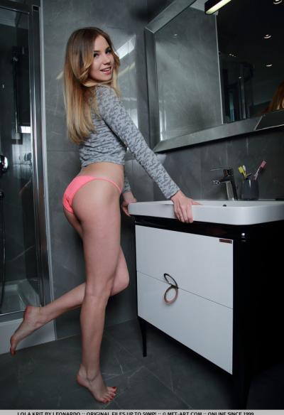 Молоденькая блондинка показала себя в ванной 1 фото