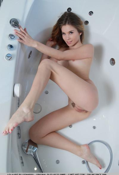 Молоденькая блондинка показала себя в ванной 14 фото