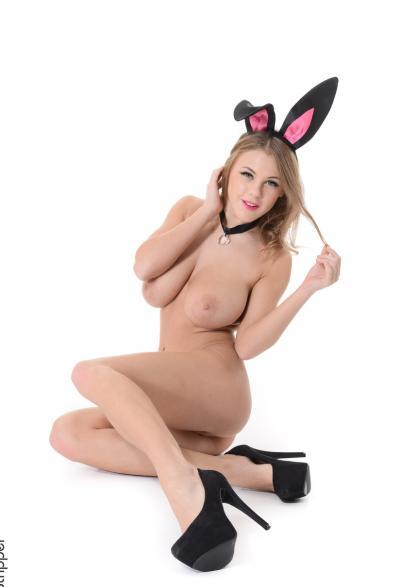 Сисятая блодинка в костюме кролика 11 фото
