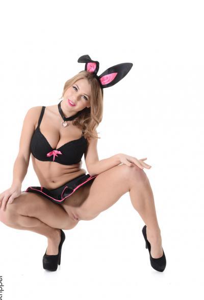 Сисятая блодинка в костюме кролика 2 фото