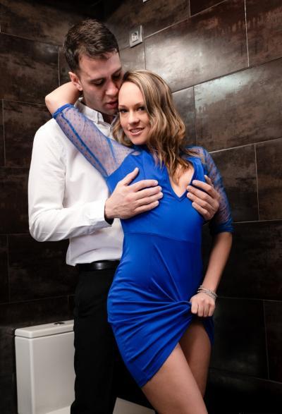 Кончил телке в очко в туалете 4 фото