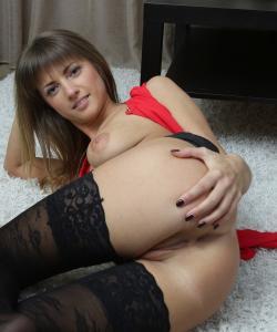 Латышская девушка показала интимные места