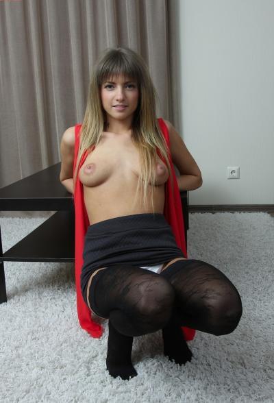 Латышская девушка показала интимные места 6 фото