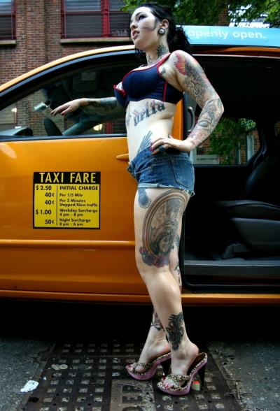Татуированная девушка водитель мастурбирует в такси 1 фото