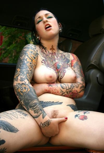 Татуированная девушка водитель мастурбирует в такси 13 фото