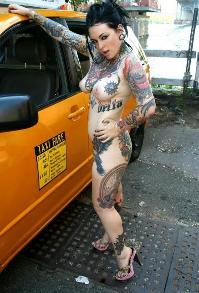 Татуированная девушка водитель мастурбирует в такси 16 фото