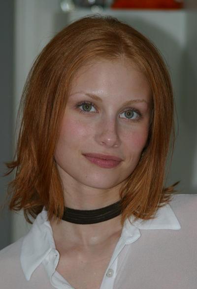 Рыжая русская домохозяйка разделась на кухне 1 фото