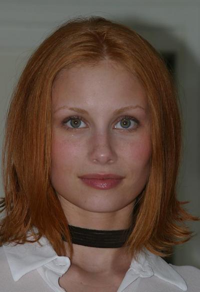Рыжая русская домохозяйка разделась на кухне 2 фото