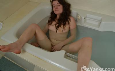 Дрочит волосатую манду в ванной 15 фото