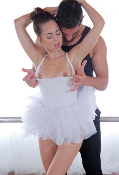 Жесткий секс с балериной Riley Reid 6 фото
