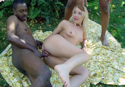 Негры жестко трахают блондинку толпой 5 фото