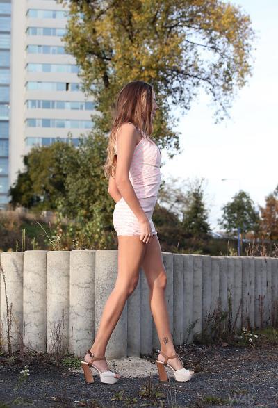 Русская девушка вышла на прогулку без трусиков 14 фото