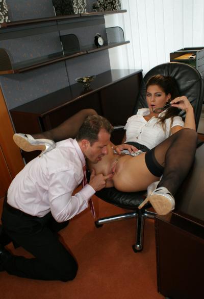 Секси брюнетка принимает член во все щели 2 фото