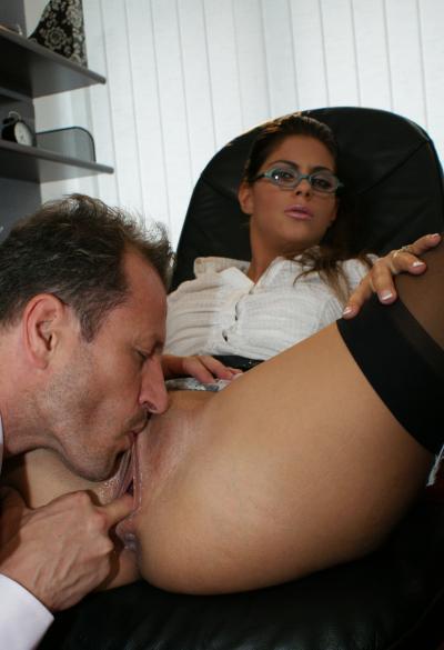 Секси брюнетка принимает член во все щели 3 фото