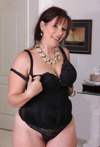 Толстая рыжая женщина оголяет тело 10 фото