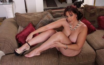 Толстая рыжая женщина оголяет тело 13 фото