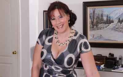Толстая рыжая женщина оголяет тело 2 фото