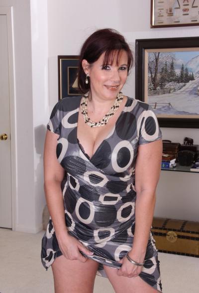 Толстая рыжая женщина оголяет тело 3 фото