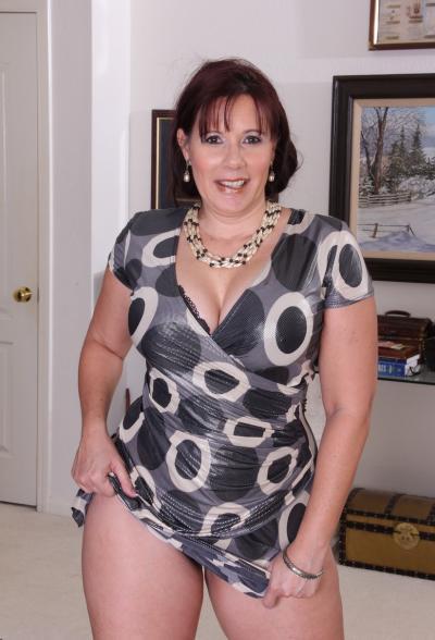 Толстая рыжая женщина оголяет тело 4 фото