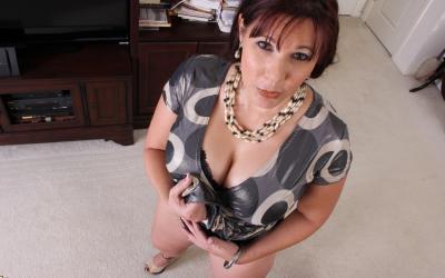 Толстая рыжая женщина оголяет тело 5 фото