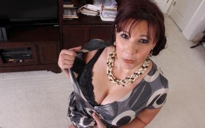Толстая рыжая женщина оголяет тело 6 фото