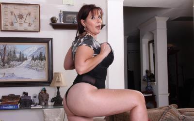 Толстая рыжая женщина оголяет тело 8 фото