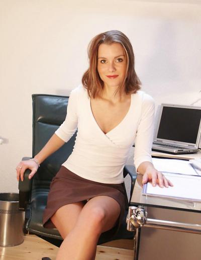 Секретарша раздвинула ноги и половые губки 2 фото
