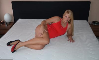 Зрелая блондинка Sweet Susi натирает киску купальником 1 фото