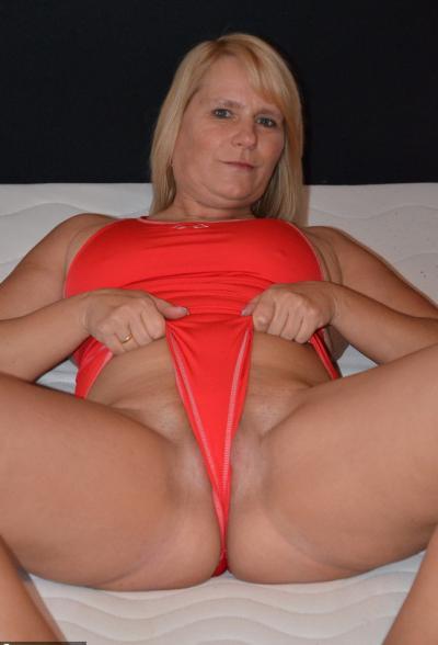 Зрелая блондинка Sweet Susi натирает киску купальником 6 фото