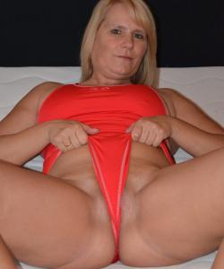 Зрелая блондинка Sweet Susi натирает киску купальником
