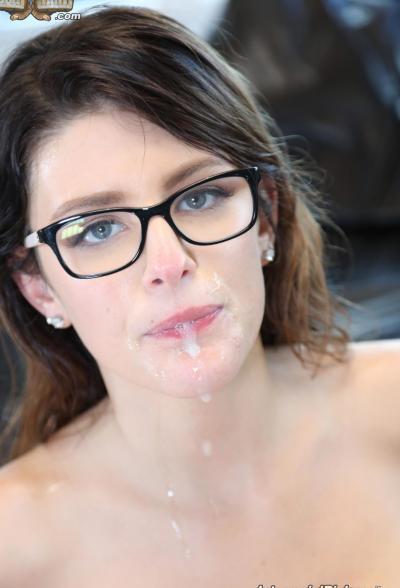 Красотку в очках трахнули два негра 15 фото