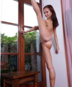 Matilda Bae показала голышом гибкое тело