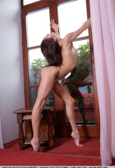 Matilda Bae показала голышом гибкое тело 10 фото