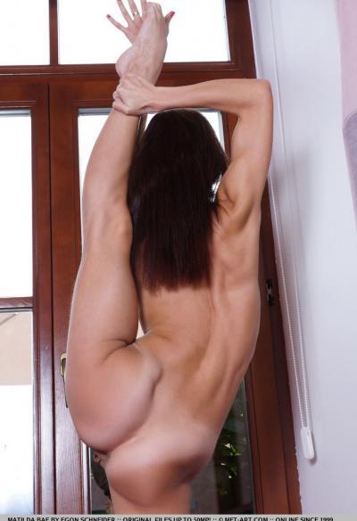 Matilda Bae показала голышом гибкое тело 11 фото