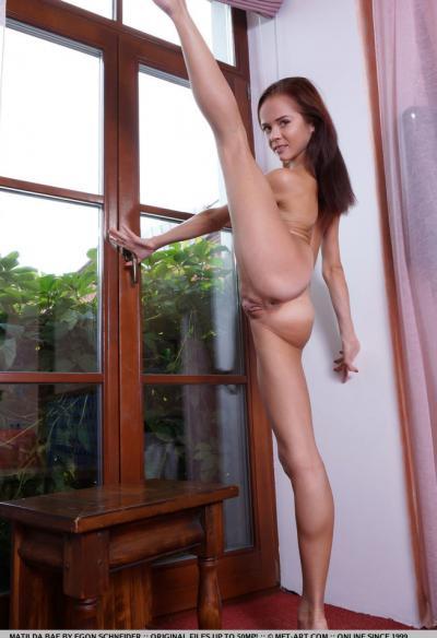 Matilda Bae показала голышом гибкое тело 12 фото
