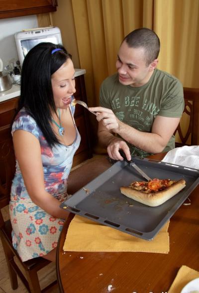 Накормил и трахнул на кухне подругу 2 фото