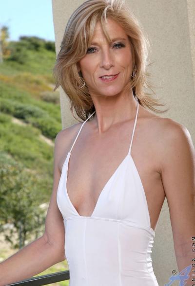 Зрелая блондинка Dee Dee 1 фото