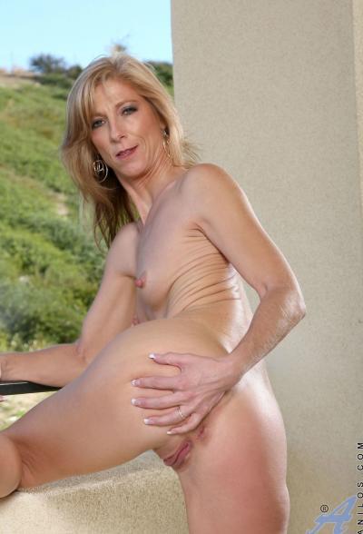 Зрелая блондинка Dee Dee 12 фото