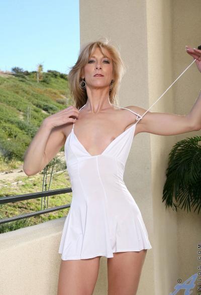 Зрелая блондинка Dee Dee 4 фото