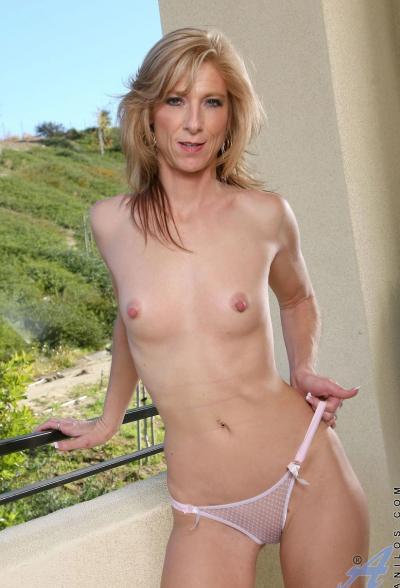 Зрелая блондинка Dee Dee 7 фото