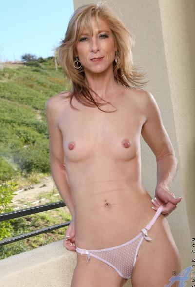 Зрелая блондинка Dee Dee 8 фото