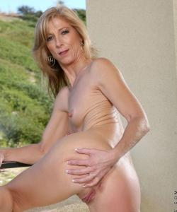 Зрелая блондинка Dee Dee