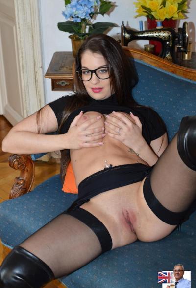 Сексапильная брюнетка в очках хочет самца 4 фото