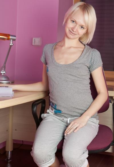 Блондинка Маргарита показала волосатую киску 1 фото
