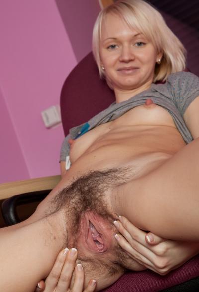 Блондинка Маргарита показала волосатую киску 6 фото