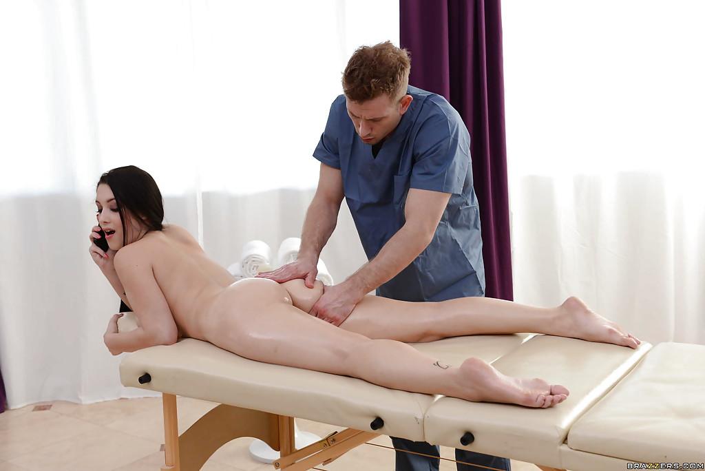 Привел жену к массажисту и трахнул ее с ним