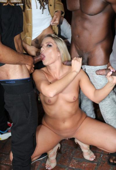 Жопатую блондинку негры отодрали толпой 6 фото