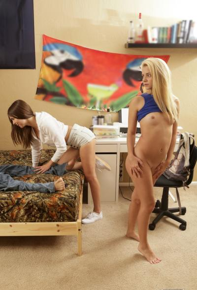 Две молоденькие подружки не могут поделить самца 4 фото