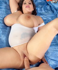 Толстая милфа принимает толстый член в глубокую щель